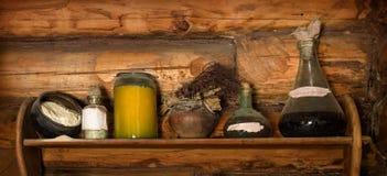 Prateleira de madeira com sucata velha Foto de Stock