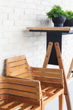 Prateleira de madeira da planta da cadeira fotografia de stock