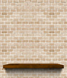 Prateleira de madeira do marrom escuro na luz regular - parede de tijolo alaranjada, Templ fotografia de stock royalty free