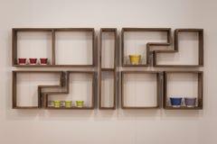 Prateleira de madeira em dislay em HOMI, mostra internacional da casa em Milão, Itália Imagem de Stock Royalty Free