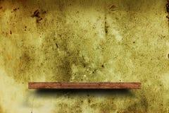 Prateleira de madeira na parede de tijolo Assoalho lustrado do cimento Fundo da textura furniture ilustração stock