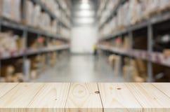 Prateleira de madeira no fundo borrado do armazém fotografia de stock