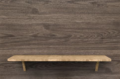 Prateleira de madeira no fundo de madeira Imagem de Stock