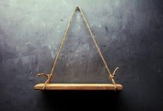 Prateleira de madeira velha vazia Imagens de Stock