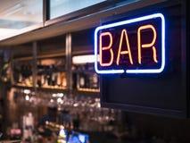 Prateleira do contador da barra do borrão do sinal de néon das luzes do signage da barra Fotos de Stock Royalty Free