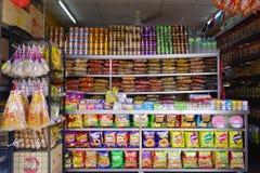 Prateleira dos doces e do petisco em uma loja Foto de Stock