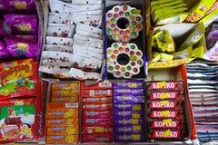 Prateleira dos doces e do petisco em uma loja Fotos de Stock Royalty Free