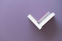 Prateleira dos livros na parede Fotos de Stock Royalty Free