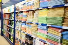 Prateleira grande com matérias têxteis Imagens de Stock