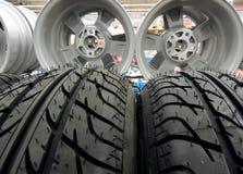Prateleira no armazenamento sazonal para pneus e rodas de carro Fotos de Stock Royalty Free