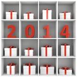 Prateleira nova do anuário 2014 com caixas de presente Imagem de Stock Royalty Free