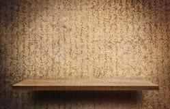 Prateleira vazia de madeira no fundo rústico do metal Fotos de Stock Royalty Free