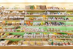 Prateleiras, biscoitos e chocolate da loja dos produtos Fotografia de Stock
