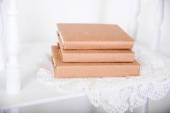 Prateleiras brancas no estilo retro com livro bege imagem de stock