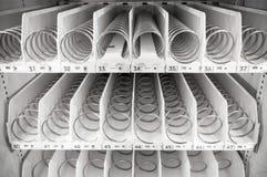 Prateleiras brancas vazias da máquina de venda automática Foto de Stock