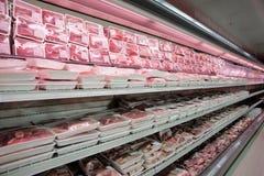 Prateleiras com carne fotografia de stock royalty free