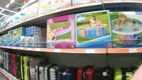 Prateleiras com os produtos para a recreação no supermercado vídeos de arquivo