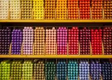 Prateleiras completamente de velas coloridas em uma loja Fotografia de Stock Royalty Free