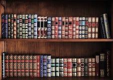 Prateleiras completamente dos livros fotografia de stock