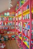 Prateleiras cor-de-rosa do divertimento dos copos imagens de stock