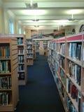 Prateleiras da biblioteca Imagens de Stock