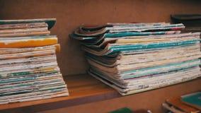 Prateleiras da biblioteca com livros vídeos de arquivo