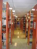 Prateleiras da biblioteca de universidade Imagens de Stock