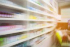 Prateleiras de loja da farmácia com borrão de movimento imagem de stock