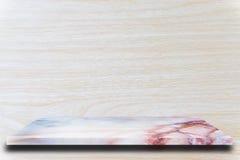 Prateleiras de mármore superiores vazias e fundo de madeira da parede imagem de stock