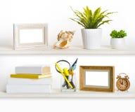 Prateleiras de madeira com objetos relacionados do escritório diferente Imagem de Stock