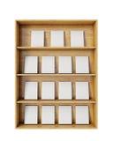 Prateleiras de madeira com os livros vazios isolados no fundo branco Imagem de Stock