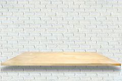 Prateleiras de madeira e fundo branco da parede de tijolo fotos de stock