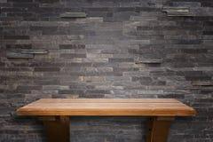 Prateleiras de madeira superiores vazias e fundo da parede de pedra Foto de Stock