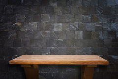Prateleiras de madeira superiores vazias e fundo da parede de pedra Imagem de Stock Royalty Free