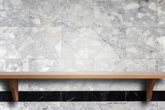 Prateleiras de madeira superiores vazias e fundo da parede de pedra Imagens de Stock