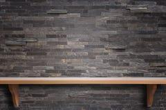 Prateleiras de madeira superiores vazias e fundo da parede de pedra Fotos de Stock