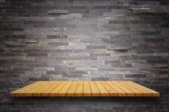 Prateleiras de madeira superiores vazias e fundo da parede de pedra Fotografia de Stock