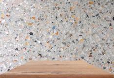Prateleiras de madeira superiores vazias e fundo lustrado da parede de pedra fotos de stock