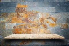 Prateleiras de madeira vazias e fundo da parede de pedra Para o disp do produto Foto de Stock
