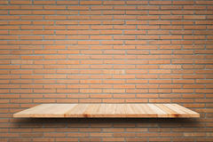 Prateleiras de madeira vazias e fundo da parede de pedra Para o disp do produto Imagens de Stock Royalty Free