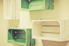Prateleiras de madeira verdes e brancas Fotografia de Stock Royalty Free
