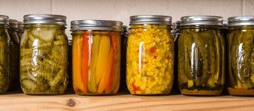 Prateleiras do armazenamento com conservas alimentares Imagens de Stock Royalty Free