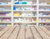 Prateleiras do borrão das drogas na farmácia imagem de stock royalty free