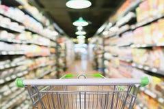 Prateleiras do corredor e do produto do supermercado com carrinho de compras vazio Imagens de Stock Royalty Free