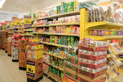 Prateleiras do supermercado imagem de stock royalty free