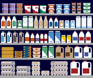 Prateleiras do supermercado com produtos lácteos Fotografia de Stock Royalty Free