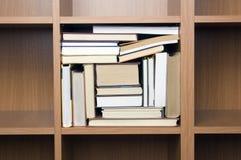 Prateleiras dos livros (mais próximos) Imagens de Stock Royalty Free