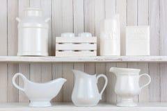 Prateleiras rústicas brancas da cozinha fotografia de stock