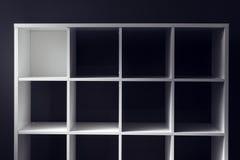 Prateleiras vazias do escritório ou da biblioteca da biblioteca Fotos de Stock