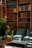 Prateleiras velhas da biblioteca confidencial Fotografia de Stock Royalty Free